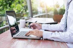 Beeld van zakenman het werken met laptop, tablet en financiële D royalty-vrije stock afbeeldingen
