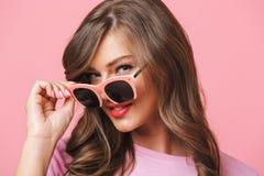 Beeldclose-up van Europese vrouwenjaren '20 met lang krullend kapsel lo Stock Fotografie