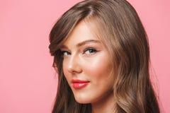 Beeldclose-up van jonge Europese vrouwenjaren '20 met lange krullende hairst Stock Foto's