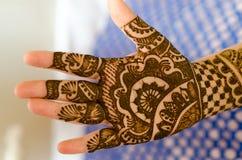 Beelddetail van henna die op hand worden toegepast Stock Foto