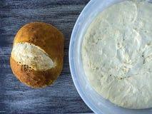 Beelden van gezuurd deeg, het brood van het gistdeeg klaar Beelden van gezuurd deeg en gebakken brood te zijn Stock Foto