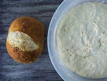 Beelden van gezuurd deeg, het brood van het gistdeeg klaar Beelden van gezuurd deeg en gebakken brood te zijn Stock Fotografie