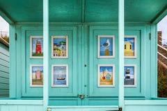 Beelden van kustscènes op deuren van strandhut in Southwold, Suffolk, het UK stock fotografie