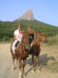 Beeldfamilie die op horseback berijden Stock Fotografie
