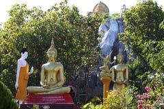 Beeldhouwwerk, architectuur en symbolen van Boeddhisme, Thailand stock foto's