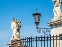 Beeldhouwwerk bij voorzijde van de kathedraal van Avignon, Frankrijk stock foto