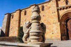 Beeldhouwwerk buiten de Kerk van San Pedro in Avila, Spanje Royalty-vrije Stock Foto's
