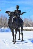 Beeldhouwwerk die een mens met een koord muzikaal instrument kenmerken op een kameel royalty-vrije stock afbeelding