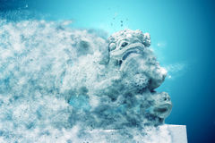 Beeldhouwwerk die van Chinese leeuw, Antieke traditionele steen dol snijden Royalty-vrije Stock Foto