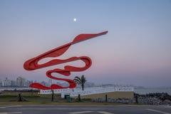 Beeldhouwwerk door Tomie Ohtake in Marine Outfall Emissario Submarino bij zonsondergang - Santos, Sao Paulo, Brazilië stock fotografie