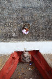 Beeldhouwwerk en Meertalige inschrijving van Hanuman Dhoka in het Vierkant van Basantapur Durbar Stock Foto