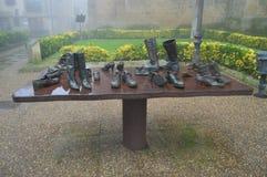 Beeldhouwwerk Gewijd aan de Schoenen van de Reizigers op een zeer Bewolkte Dag in Laguardia Architectuur, Kunst, Geschiedenis, Re stock afbeelding
