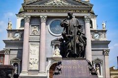 Beeldhouwwerk gewijd aan een priester naast de Basiliek van Mary Help van Christenen Stock Foto's