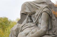 Beeldhouwwerk het rouwen moederclose-up op het gebied van zorg historische herdenkings complex Stock Foto