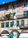 Beeldhouwwerk Madonna Verona in de stad van Verona in de lente Stock Foto's