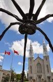 Beeldhouwwerk Maman en de Basiliek van Notre Dame in Ottawa Stock Afbeeldingen
