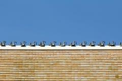 Beeldhouwwerk op het dak van boeddhistische tempel Stock Foto's