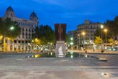 Beeldhouwwerk op het vierkant van Catalonië in Barcelona, Spanje bij nacht royalty-vrije stock foto