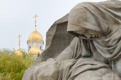 Beeldhouwwerk rouwende moeder en koepels van de Kathedraal van Alle Heiligen op het gebied van zorg historische herdenkings compl Royalty-vrije Stock Fotografie
