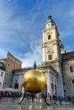 Beeldhouwwerk Sphaera op Kapitelplatz-vierkant in historische Altstadt of Oude Stad van Salzburg oostenrijk stock fotografie