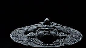 Beeldhouwwerk in steen van gezicht van mesoamerican oude Zuidamerikaanse kunst stock videobeelden