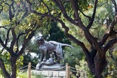 Beeldhouwwerk Tusey Meuse, Nice Het cijfer van een leeuwin dat de poten een antilope in Albert 1 Park verpletterden stock afbeeldingen