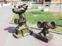 beeldhouwwerk van de Genen van Cheburashka en van de Krokodil door de zon worden verlicht die stock foto