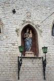 Beeldhouwwerk van de holdingsbaby Jesus van Mary op een muur in de stad van GH royalty-vrije stock fotografie