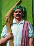 Beeldhouwwerk van de Indische landbouwarbeidsmens, in traditionele kleding, met de ploeg Royalty-vrije Stock Foto
