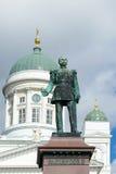 Beeldhouwwerk van de Russische Keizer Alexander II & x28; 1894& x29; op de achtergrond van de koepel van Nicholas Helsinki, Vin stock foto