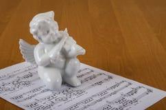 Beeldhouwwerk van de viool van engelenspelen stock afbeeldingen