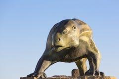 Beeldhouwwerk van dinosaurus tegen blauwe hemel, Ischigualasto Stock Foto's