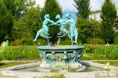 Beeldhouwwerk van drie vrouwelijke danser s op een fontein Helsingor Denemarken stock foto