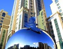 Beeldhouwwerk van een adelaar op een bal Stock Afbeeldingen