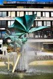 Beeldhouwwerk van een draak in de openbare straat waar een krachtige fontein water over het goddelijke cijfer schiet die een rege Royalty-vrije Stock Afbeeldingen