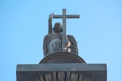 Beeldhouwwerk van een engel met kruis en slang Royalty-vrije Stock Foto