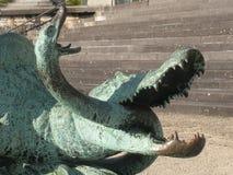 Beeldhouwwerk van een Krokodil en een slang Stock Afbeelding