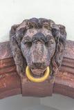Beeldhouwwerk van een leeuw met gouden ring in van de binnenstad van Leipzig, Stock Foto