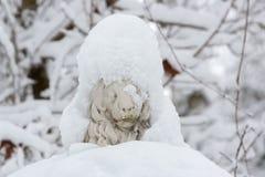 Beeldhouwwerk van een leeuw met sneeuw wordt behandeld die Royalty-vrije Stock Afbeelding
