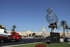 Beeldhouwwerk van een vogel op het Grondwetsvierkant, één van de belangrijkste vierkanten van Cadiz royalty-vrije stock foto's