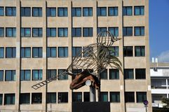 Beeldhouwwerk van een vogel op het Grondwetsvierkant, één van de belangrijkste vierkanten van Cadiz stock afbeelding