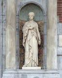 Beeldhouwwerk van een vrouw in een Schip tussen twee kolommen, naast de ingang aan Rijksmuseum, Amsterdam royalty-vrije stock afbeelding