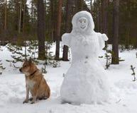 Beeldhouwwerk van een vrouw van sneeuw in het bospark wordt gemaakt dat royalty-vrije stock afbeelding