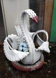 Beeldhouwwerk van een witte die Zwaan van oude banden wordt gemaakt Royalty-vrije Stock Afbeeldingen