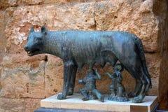 Beeldhouwwerk van een zij-wolf tegen de achtergrond van een antieke muur royalty-vrije stock fotografie