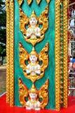Beeldhouwwerk van engel bij een pool in een tempel in Thailand stock foto