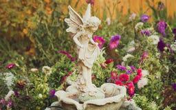 Beeldhouwwerk van engel in siertuin royalty-vrije stock fotografie