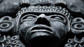 Beeldhouwwerk van gezicht van mesoamerican oude kunst Zuidamerikaanse aztec, inca, olmeca stock videobeelden