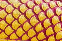 Beeldhouwwerk van gouden draakschaal of van de Vissenschaal texturen in Thai royalty-vrije stock fotografie