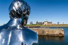 Beeldhouwwerk van Han die het Kasteel Kronborg bekijken van het Gehucht Stock Foto's